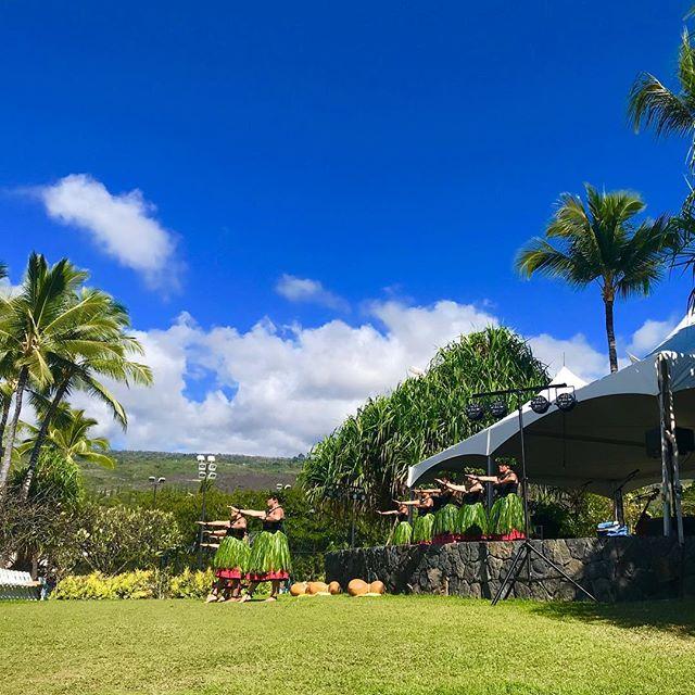 𝐴𝑙𝑜ℎ𝑎 🤙🏽𝑇ℎ𝑒 𝑘𝑎𝑚𝑒ℎ𝑎𝑚𝑒ℎ𝑎 𝑠𝑐ℎ𝑜𝑜𝑙'𝑠 19𝑡ℎ 𝐴𝑛𝑢𝑎𝑙 𝑡𝑟𝑖𝑏𝑢𝑡𝑒 𝑡𝑜 𝐾𝑎𝑢𝑖𝑘𝑒𝑎𝑜𝑢𝑙𝑖 (𝐾𝑖𝑛𝑔 𝐾𝑎𝑚𝑒ℎ𝑎𝑚𝑒ℎ𝑎 Ⅲ) 𝑎𝑡 𝑆ℎ𝑒𝑟𝑎𝑡𝑜𝑛 𝐾𝑒𝑎𝑢ℎ𝑜𝑢人気のリゾート地、ケアウホウはキング・カメハメハ3世(カウイケアオウリ)の誕生の地法制度を導入してハワイを近代国家の一つとして立ち上げ直した彼への感謝の意を込めて、カメハメハスクール主催のイベントがシェラトンコナで開催されましたワヒネたちの神に捧げるオリは鳥肌もの🏽青空の下で舞うカヒコは凛々しさの中にしなやかさもあってとても素敵でした🥰